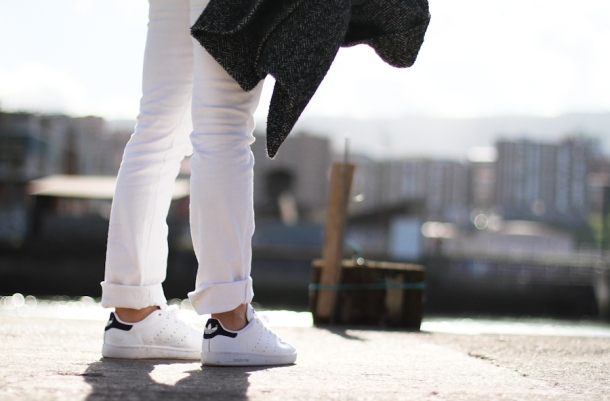 clochet-adidas-stan-smith-white-jeans-hm-trend-grey-sweatshirt-outfit-street-style-8