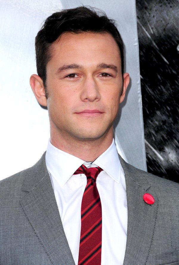 joseph_gordon_levitt_grey_suit_white_shirt_red_tie