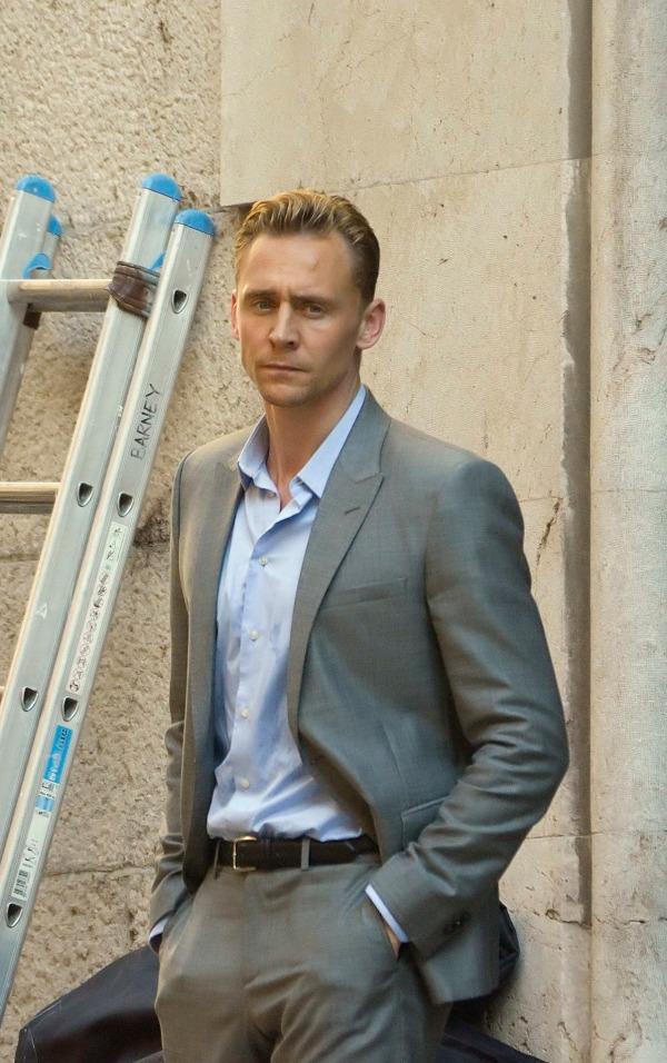 """Bộ suit màu xám nhạt sẽ càng nhã nhặn và nhẹ nhàng khi được """"tung hứng"""" cùng chiếc áo sơ mi màu xanh nhạt."""
