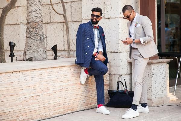 Sneakers trắng xuất hiện nhiều hơn trên đường phố.