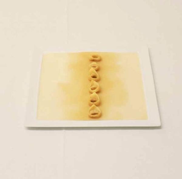 """Chỉ vỏn vẹn 6 viên tortellini - hoành thánh Ý bày trên một chiếc đĩa với nước dùng. Món ăn như một """"cái tát"""" vào khẩu phần ăn lớn của người Ý."""